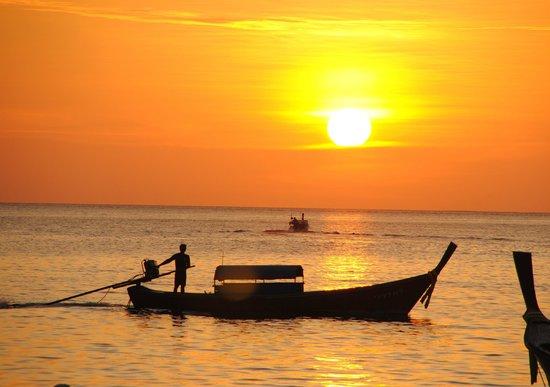Blue Tribes Garden Beach Resort:                   pattaya beach - sunset