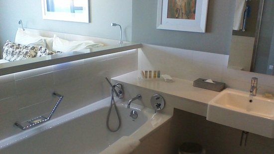 Radisson Blu Hotel, Port Elizabeth: Bathoom, bedroom in the background