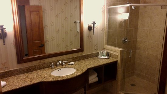 Vail Marriott Mountain Resort: Huge bathroom