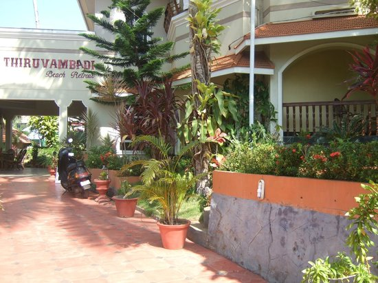 Thiruvambadi Beach Retreat: Hotel driveway