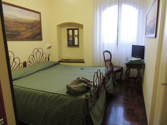 Hotel La Fortezza: room and tv (with italian channels)