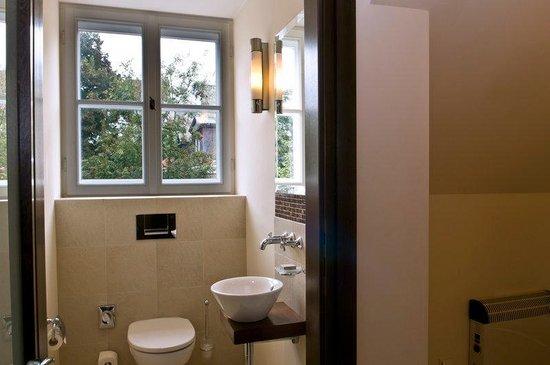 Mamaison Hotel Le Regina Warsaw: Classic Room Toilet at Mamaison Hotel Le Regina
