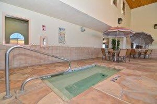 Americas Best Value Inn & Suites - North Albuquerque: Pool Area