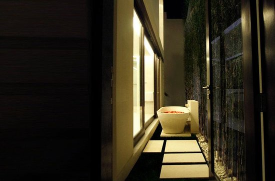 eqUILIBRIA SEMINYAK: Waterfall Villa Bath