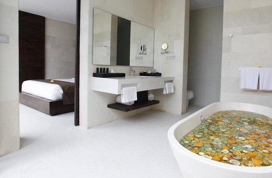 eqUILIBRIA SEMINYAK: Pool Villa Bath