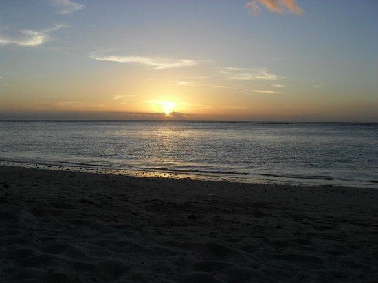 Escale Vacances:                                     plage en face de l hotel