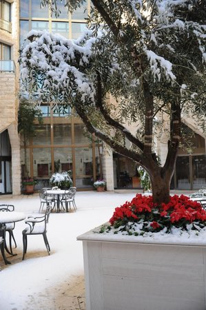 Inbal Jerusalem Hotel:                   Inbal central courtyard garden in snow (Jan 2013)