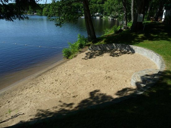The Elms Waterfront Cottages: Sandy Beach