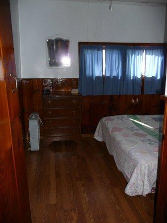 The Elms Waterfront Cottages: Cottage Bedroom
