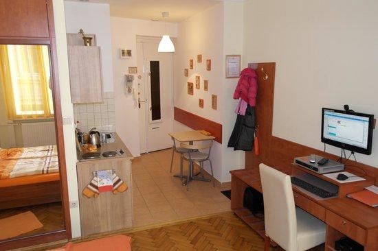 """Paprika Apartments In City Center:                   Keukentje en """"eettafel"""" (voor 2)"""