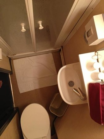 Tregueux, França: salle de bain minuscule