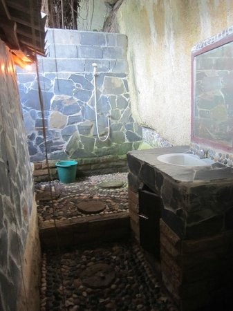 Mai Pen Rai Bungalows:                                     Cool open air bathroom but note the demon floor!
