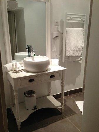 Hotel de L'Amphitheatre:                   Bathroom with heated towel rack