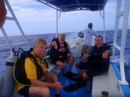 El Pulpo Divers:                   on the water con tres amigos