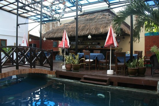 Nirvana Beach Resort: Pool Bar & Dining