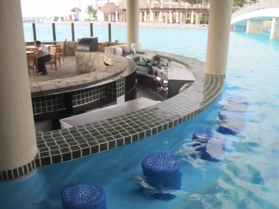 The Westin Lagunamar Ocean Resort: Swim up bar