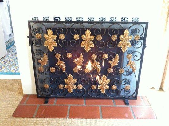 Four Seasons Resort The Biltmore Santa Barbara: Gas fireplace in the room