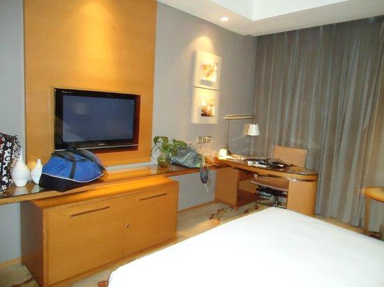 Gandian Hotel:                   desk area