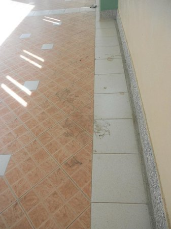 Aonang Ayodhaya Beach Resort:                   corridor floor same for 3 days