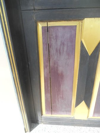 Aonang Ayodhaya Beach Resort:                   Bedroom door panels splitting
