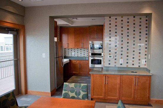 Cosmopolitan at Reston Town Center: Reston Furnished Apartment Lounge Kitchen