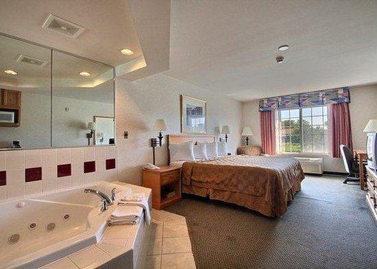 Quality Inn & Suites: Jacuzzi