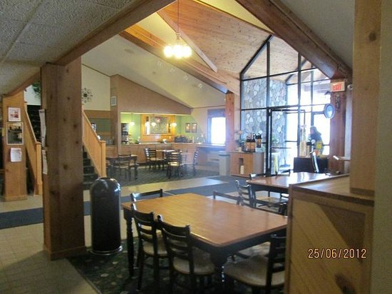AmericInn Lodge & Suites Calumet:                   Lobby/breakfast area