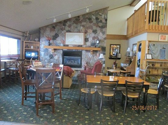 AmericInn Lodge & Suites Calumet:                   Breakfast/lounge area