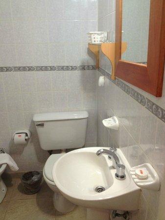 Hotel Lunajuim: Bathroom sink