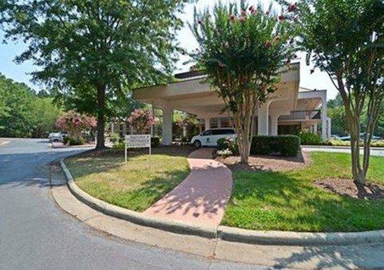 Quality Inn Chapel Hill: Beautiful bushes