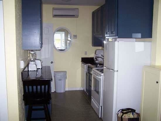 Flagler Beach Motel:                   The full kitchen with full size appliances