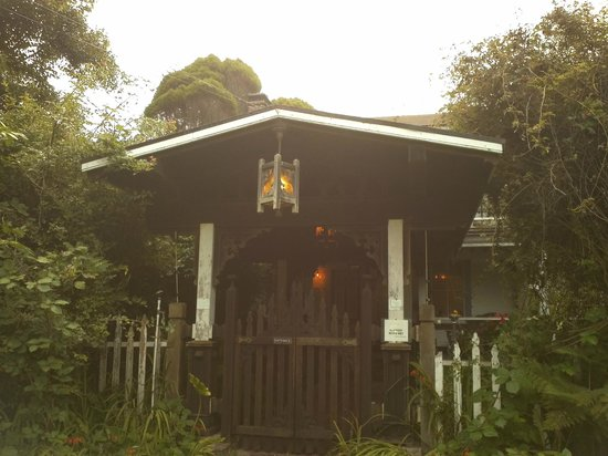Howard Creek Ranch: Main entrance to Howard Creek's farm house and gardens. Beautiful even on a misty morning!