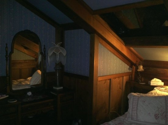 Howard Creek Ranch: Night time in Blue Room.