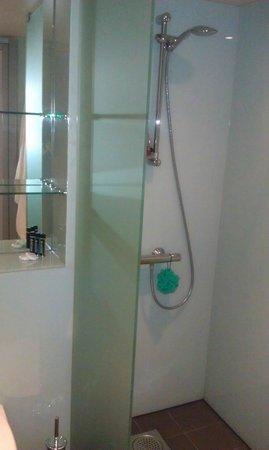 Ramada Encore Kiev: Bathroom view