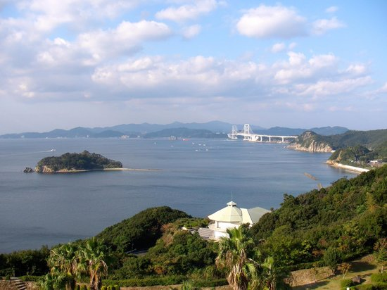 Minami Awaji Royal Hotel :                   鳴門海峡を望む風景(エレベーターホールから)