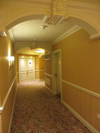 The Venetian Macao Resort Hotel:                   Корридор с номерами