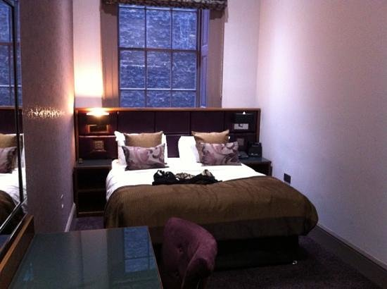 Roomzzz Newcastle City:                   bedroom