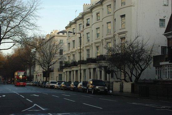 Assaha Hyde Park Apartments:                   Budynek, w którym znajduje się pokój. Niestety brak windy i wąskie schody.