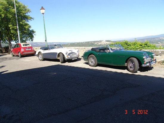 Les Terrasses du Luberon : There are old roadsters at Le Terrace cafe of Bonnieux