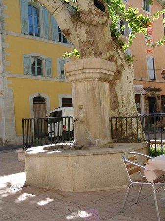 Les Terrasses du Luberon: Bonnieux Roma style place