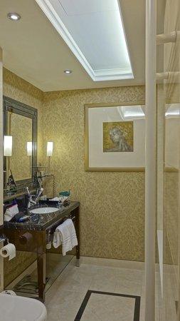 Hotel Kings Court:                   Très belle Salle de Bain !                 