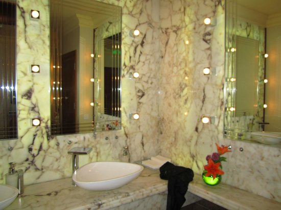 Four Seasons Hotel:                   Bathroom in hotel