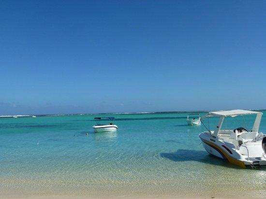 Paradis Beachcomber Golf Resort & Spa:                   Vista da sotto l'ombrellone
