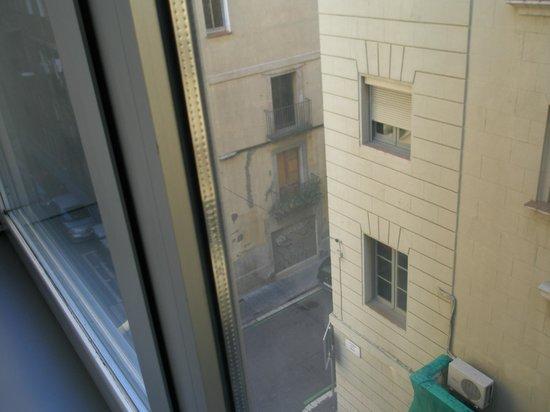 Hotel 54 Barceloneta : habitacion dando a la calle de atras