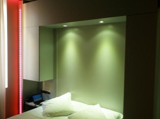 Hotel 54 Barceloneta : cabecero y sus luces cambiantes