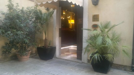 Duodo Palace Hotel: Courtyard entry