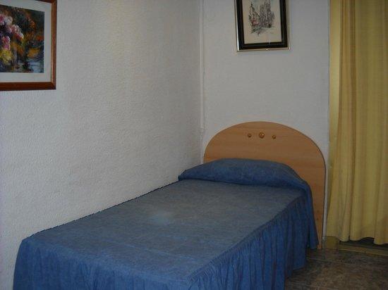 Hostal Aribau:                   habitaciones confortables  todas con baño privado