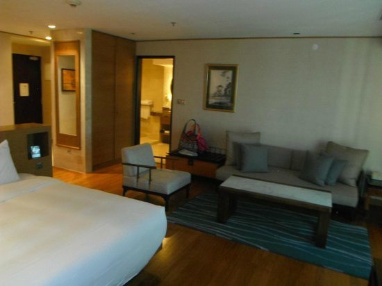 Grand Mercure Singapore Roxy: 3+1 seated sofa