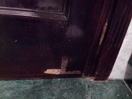 Hotel Villa Real:                                     Bathroom door