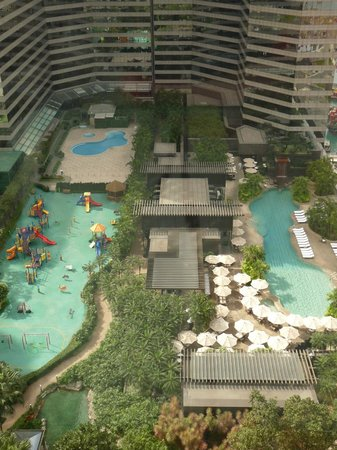 Renaissance Hong Kong Harbour View Hotel:                   View of pool & tennis court from 29th floor